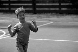 Un enfant confiant, heureux, victorieux.
